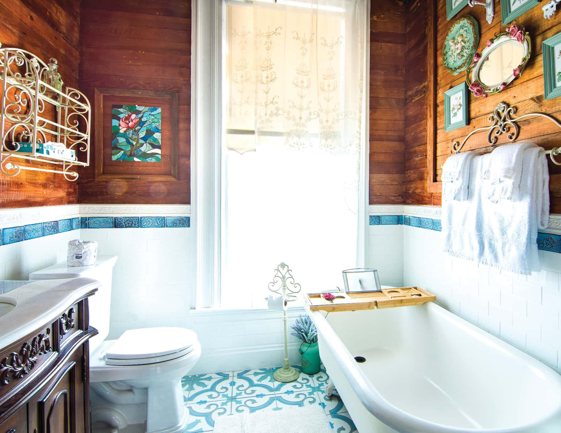 Anne Suite bath tub at our Key West, FL Inn